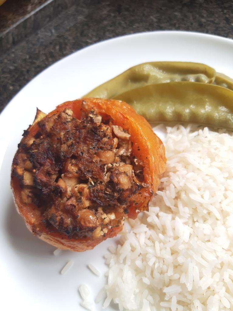 Prato com arro, vagem refogada e tomate recheado com cogumelo