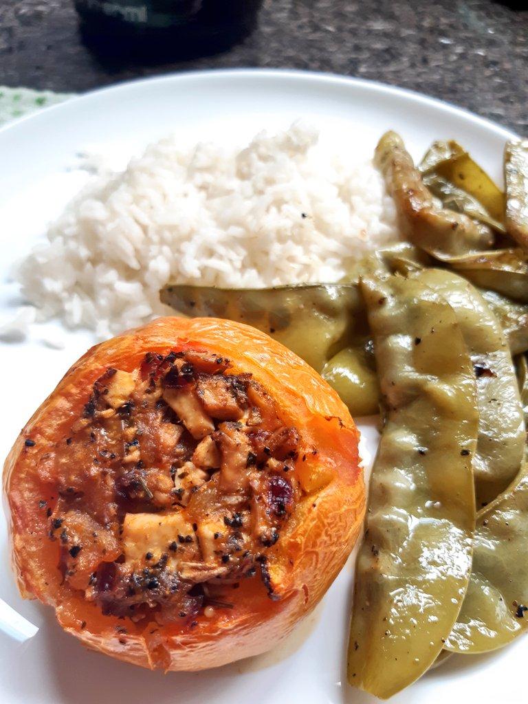 Foto de perto do tomate assado e rechegado com cogumelos e tostadinho por cima